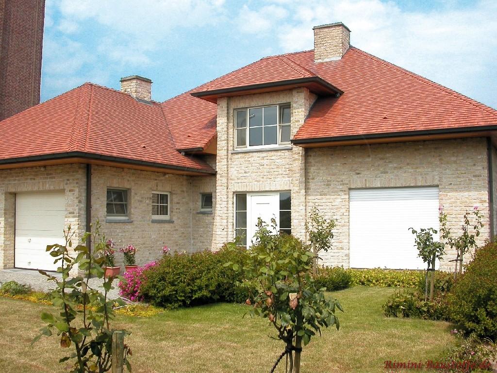 schöner heller Klinker in Natursteinoptik mit einem kräftigen roten Dach