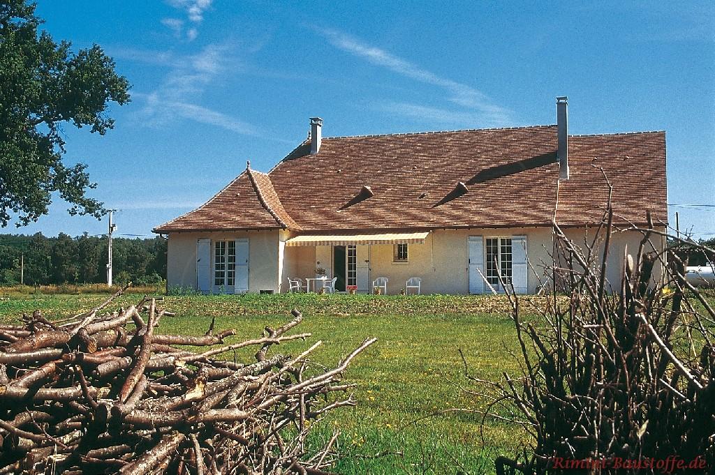 altes Bauernhaus mit schönen Schindeln gedeckt passend zum rustikalen Stil