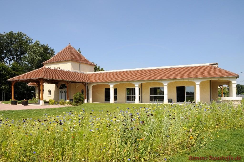 schönes großes Gebäude mit südländischem Stil mit schönen Schindeln gedeckt