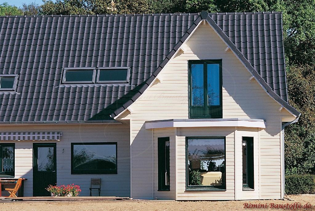 schönes spitzes Satteldach mit anthrazitfarbenem Ziegel und Dachfenstern