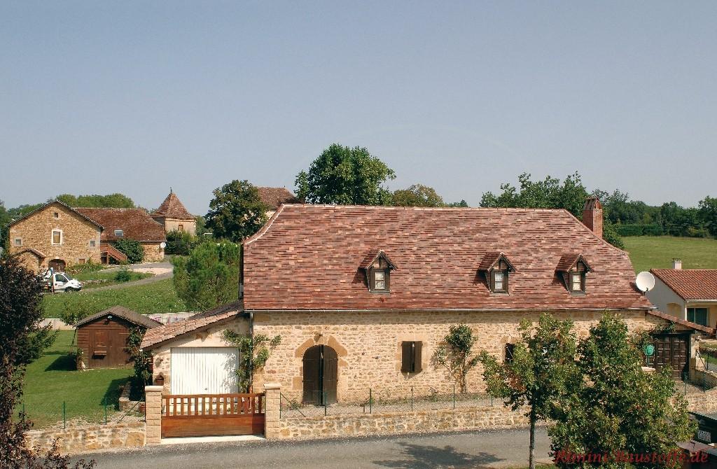 altes rustikales Gebäude mit Natursteinfassade und schönem Krüppelwalmdach