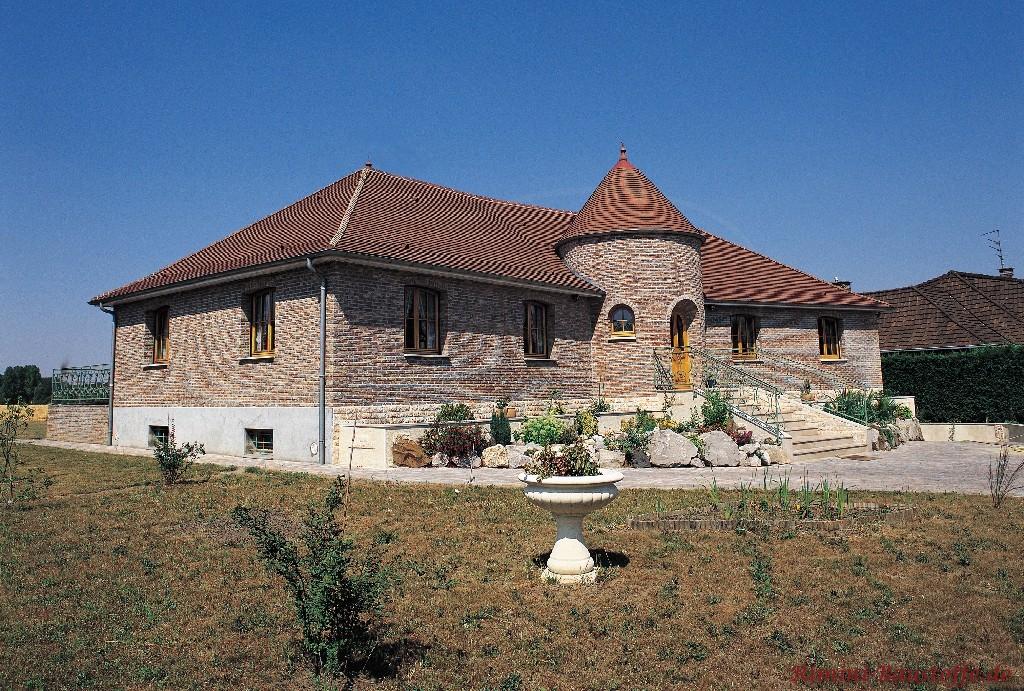 altes antikes Gebäude mit rundem Turm und schöner Klinkerfassade