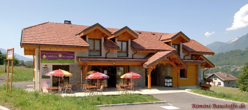 Restaurant im Skigebiet mit Natursteinaccessoires und schönen Glattziegeln