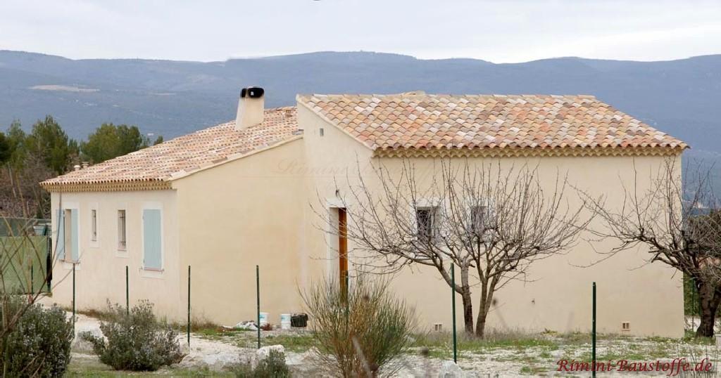 mediterranes kleines Wohnhaus mit schöner heller Fassade und mildem Dachziegel