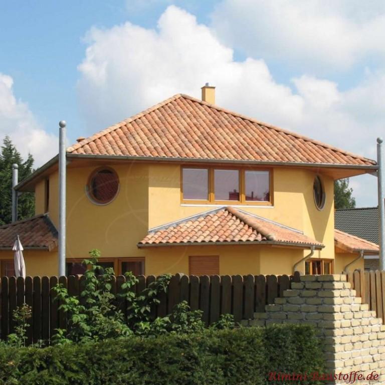Toscanahaus mit mediterranem Dach und gelber Putzfassade