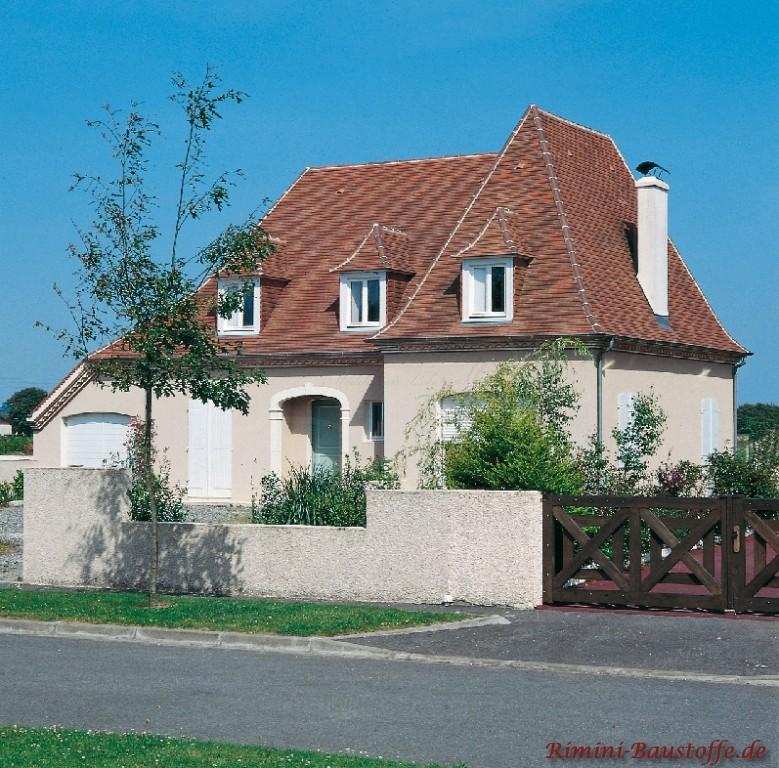 schönes hohes Satteldach mit kleinen Gauben und langem Schornstein