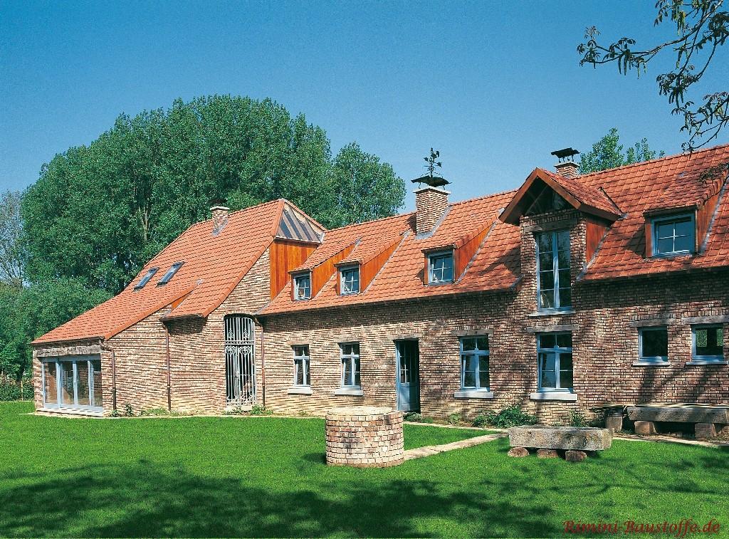 Gebäude mit altem rustikalen Klinker und hellblauen Fenstern