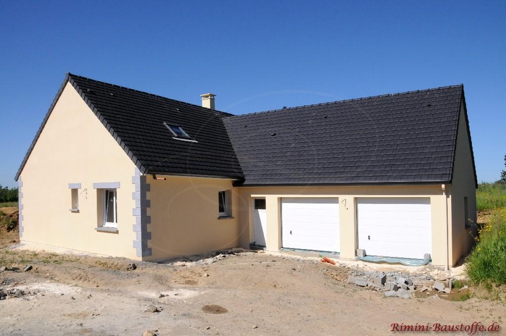 Neubau mit Satteldach im technischen Stil mit dunklen Ziegeln