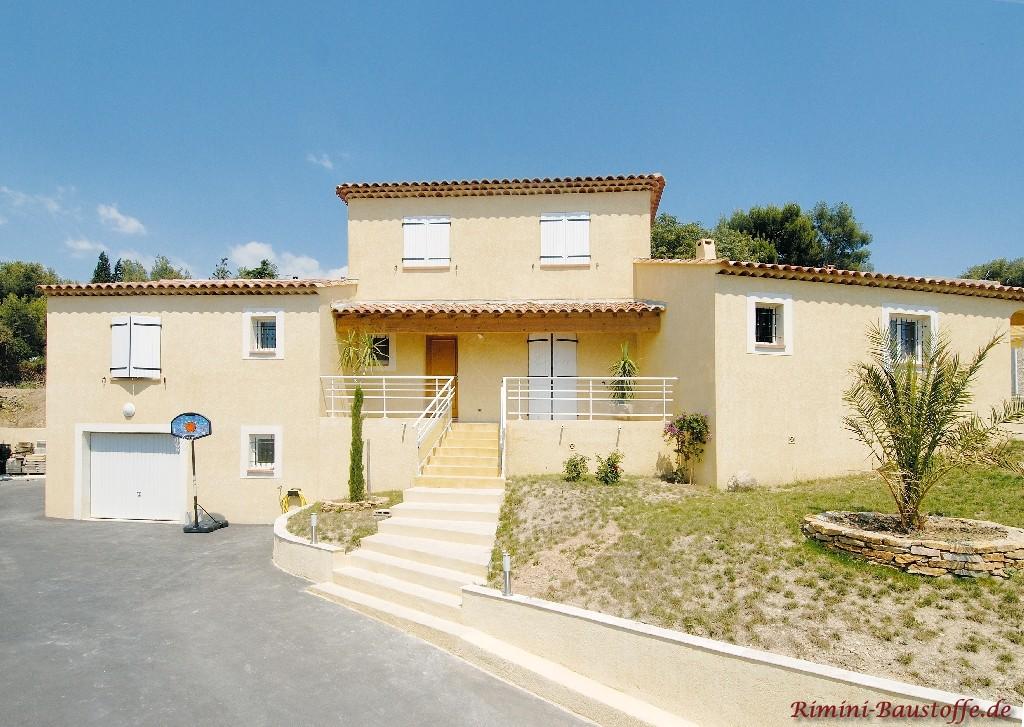schöne mediterrane Villa mit weissen Fensterläden und weissen Faschen