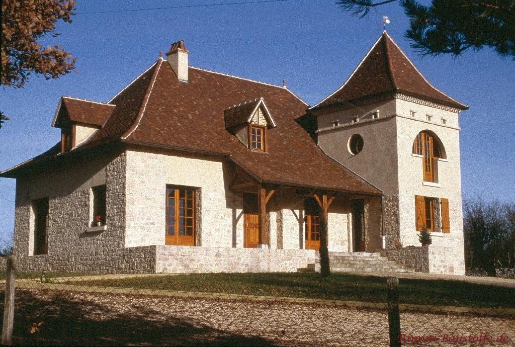 altes Gebäude mit heller Natursteinfassade und schönen holzfarbenen Fenstern