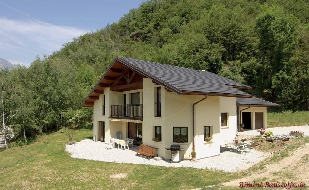 sehr schöner Neubau an einem Berghang mit bayrischem Flair