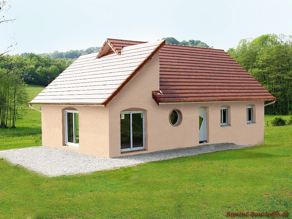 Pultdach und Satteldach mit dunkelroten Glattziegeln gedeckt
