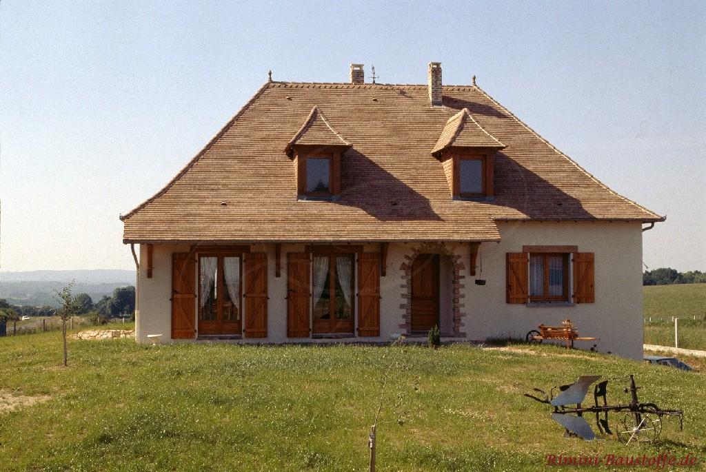 gemütliches Haus mit weisser Fassade und schönen abgestimmten Accessoires aus Holz