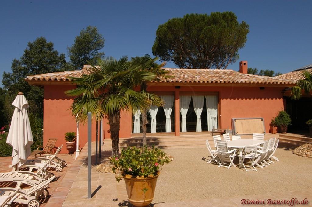schönes mediterranes Wohnhaus mit kräftiger Putzfassade und passender Dachfarbe