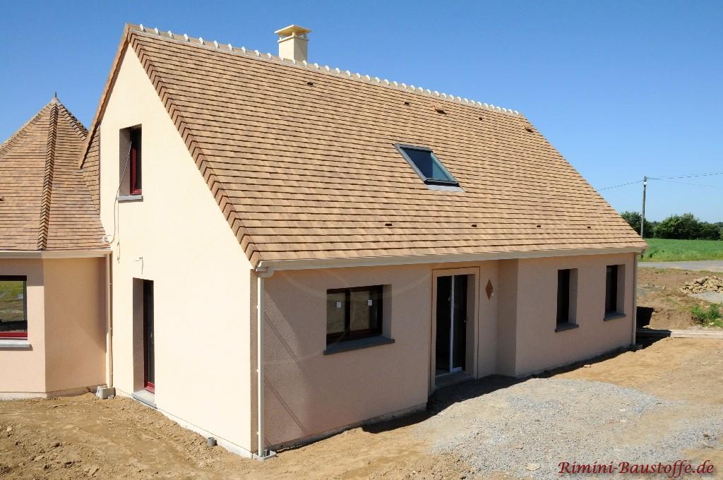 schöner heller sandfarbener Glattziegel passend zur hellen Fassade