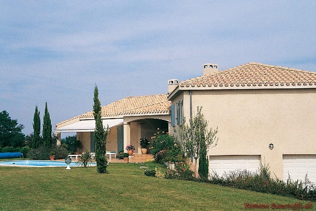 große südländische Villa mit Pool und schönen Fensterläden