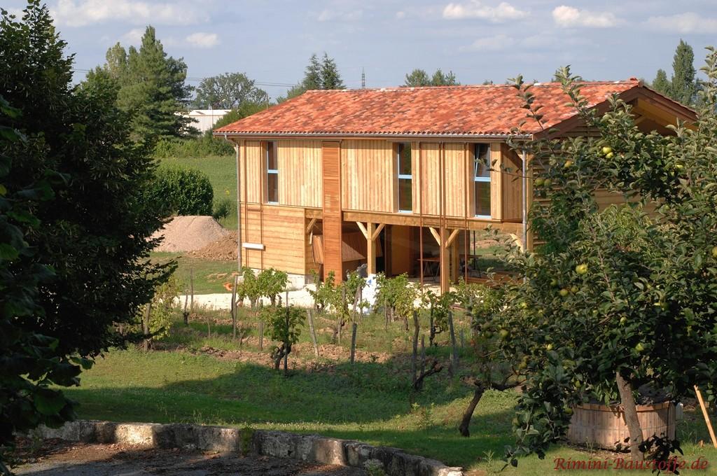 großes unterfahrbares Holzhaus in der zweiten Etage mit sehr schönem Dachziegel