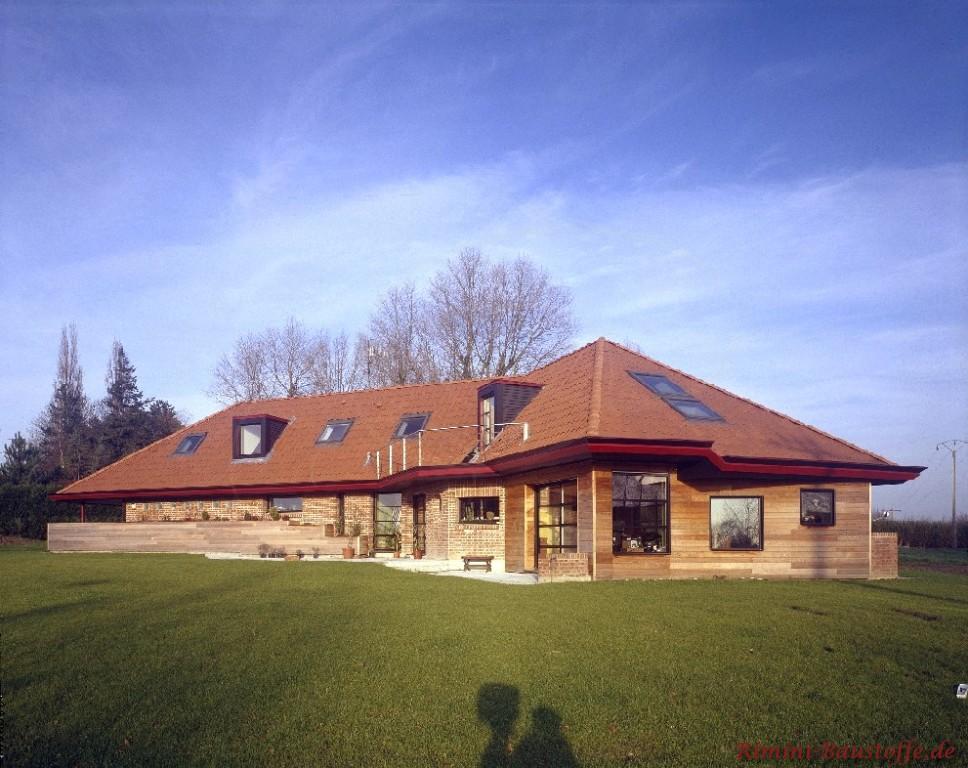 großes schönes Gebäude mit einem Teil Holzfassade