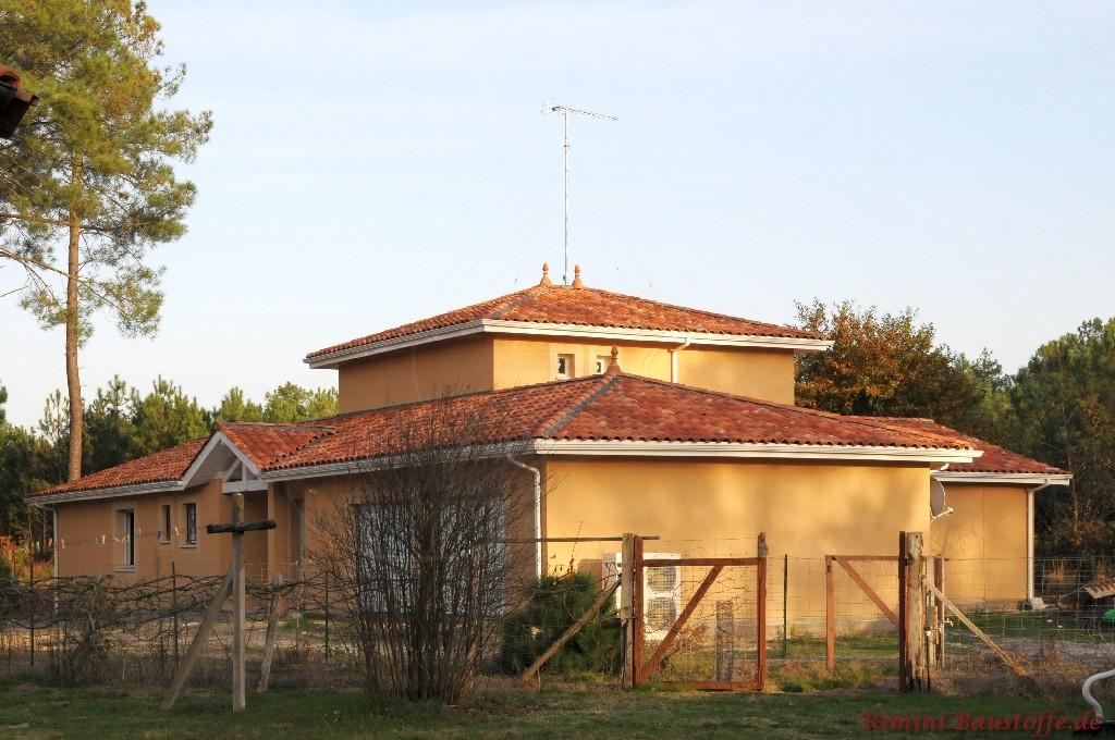 große meidterrane Villa mit kräftiger Putzfassade und sehr schönem dunkelroten Dachziegel
