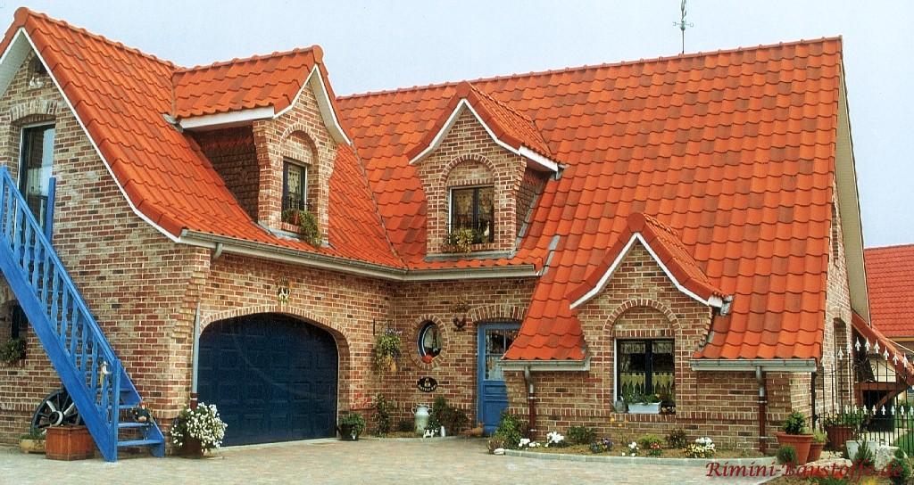 wilder Klinker und ein schönes kräftiges rotes Dach mit schönen Gauben