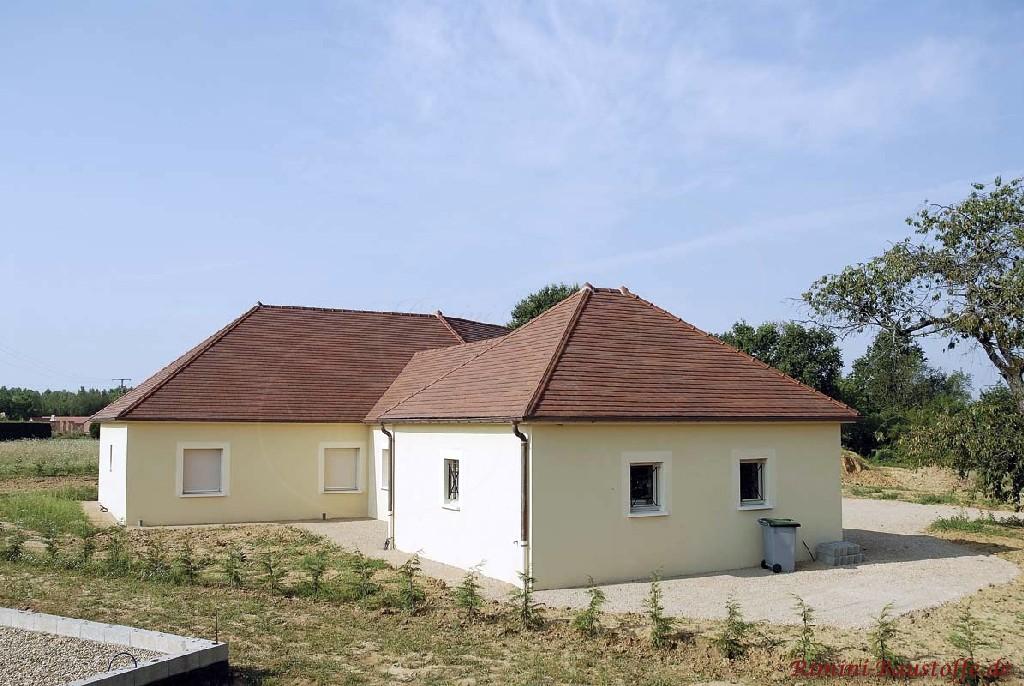 Bungalow mit braunem Dach mit südländischen Schindeln gedeckt