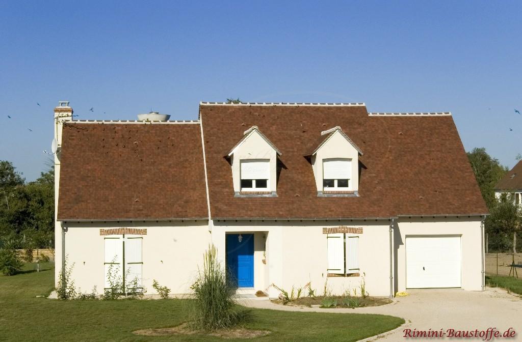 schöne helle Putzfassade und ein passendes dunkelbraunes Dach