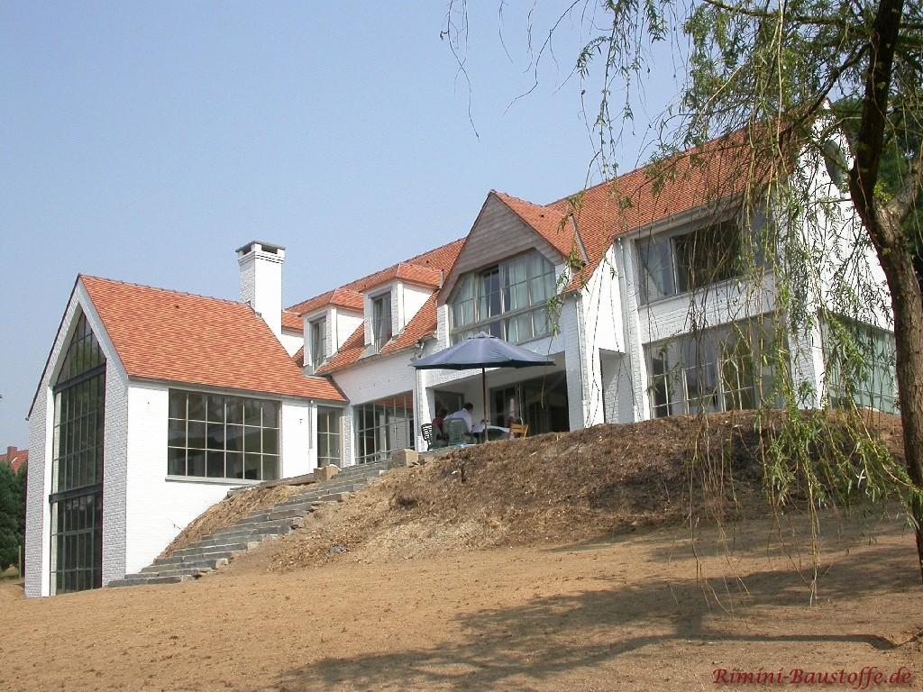 schöne große Fensterfront und große Terrasse