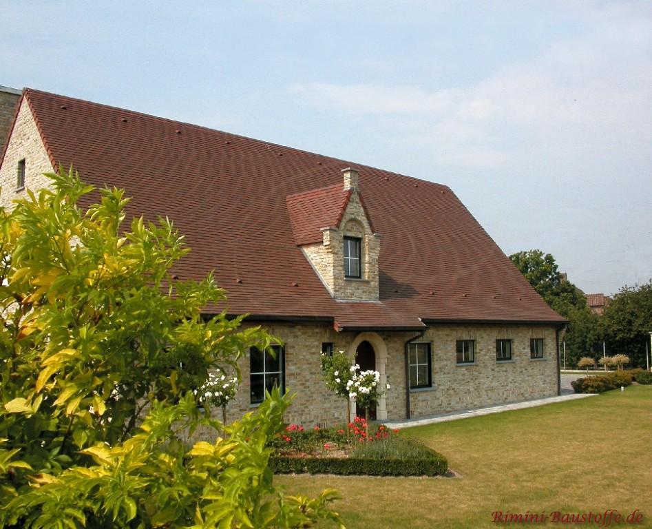 altes Gebäude mit schönem hellbraunen Klinker und dunkelbraunem Satteldach