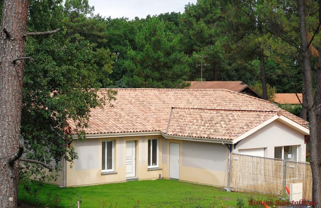 schöner sandfarbener Dachziegel mit braunen Changierungen