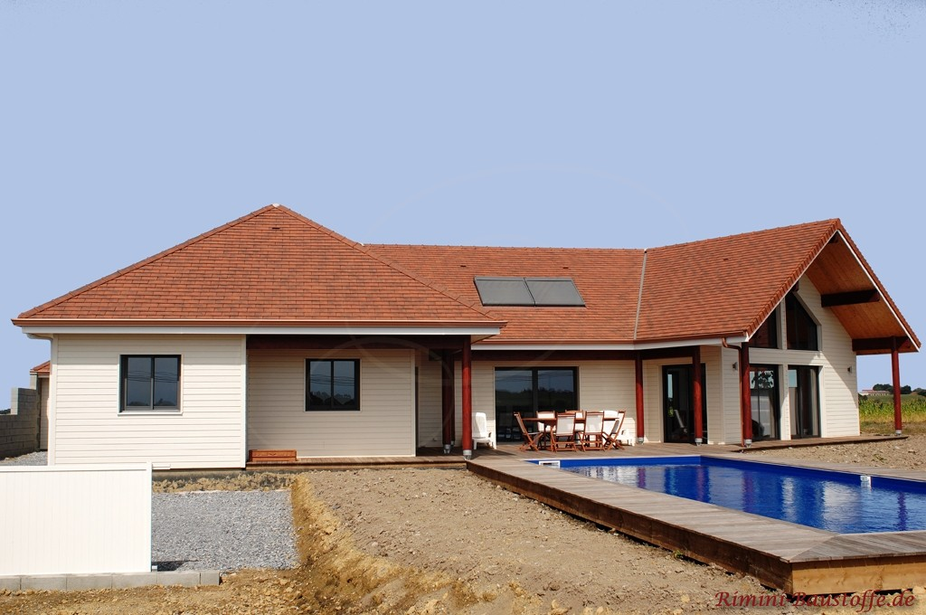 schönes großes Wohnhaus in U-Form und Pool im Innenhof