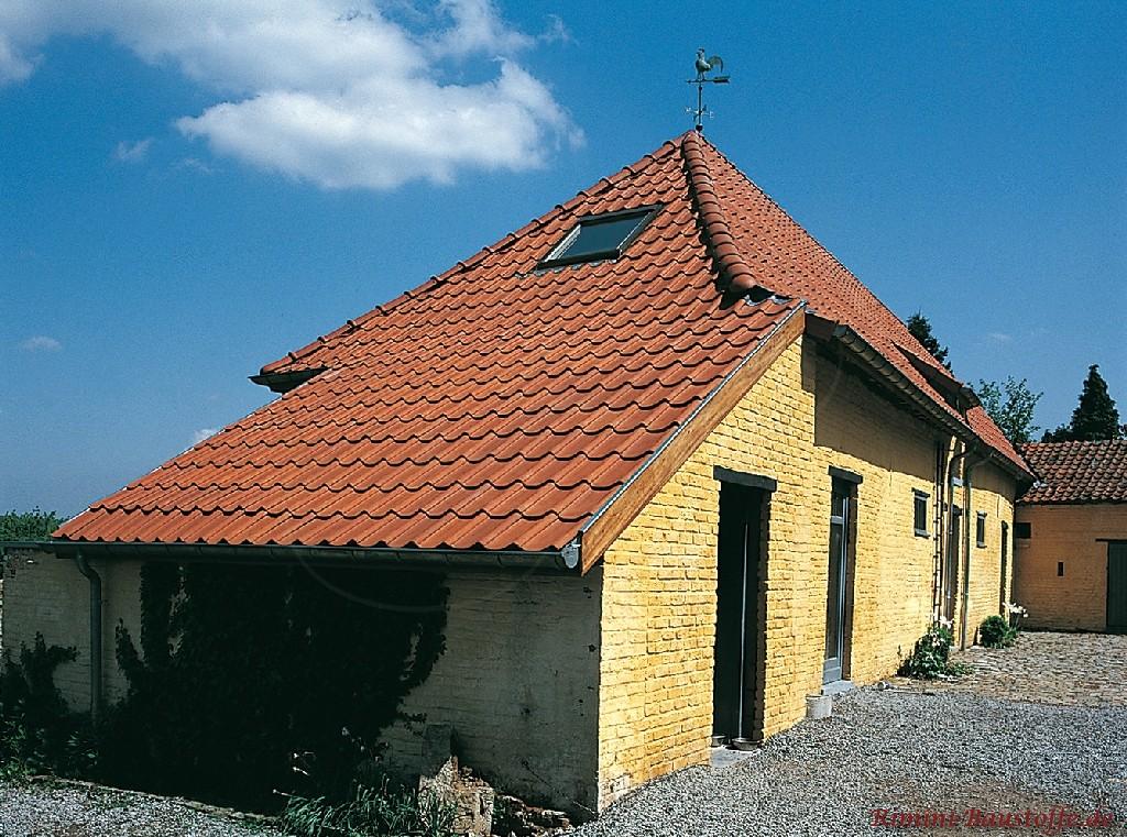 Walmdach mit angehängter Garage und einem Dachfenster