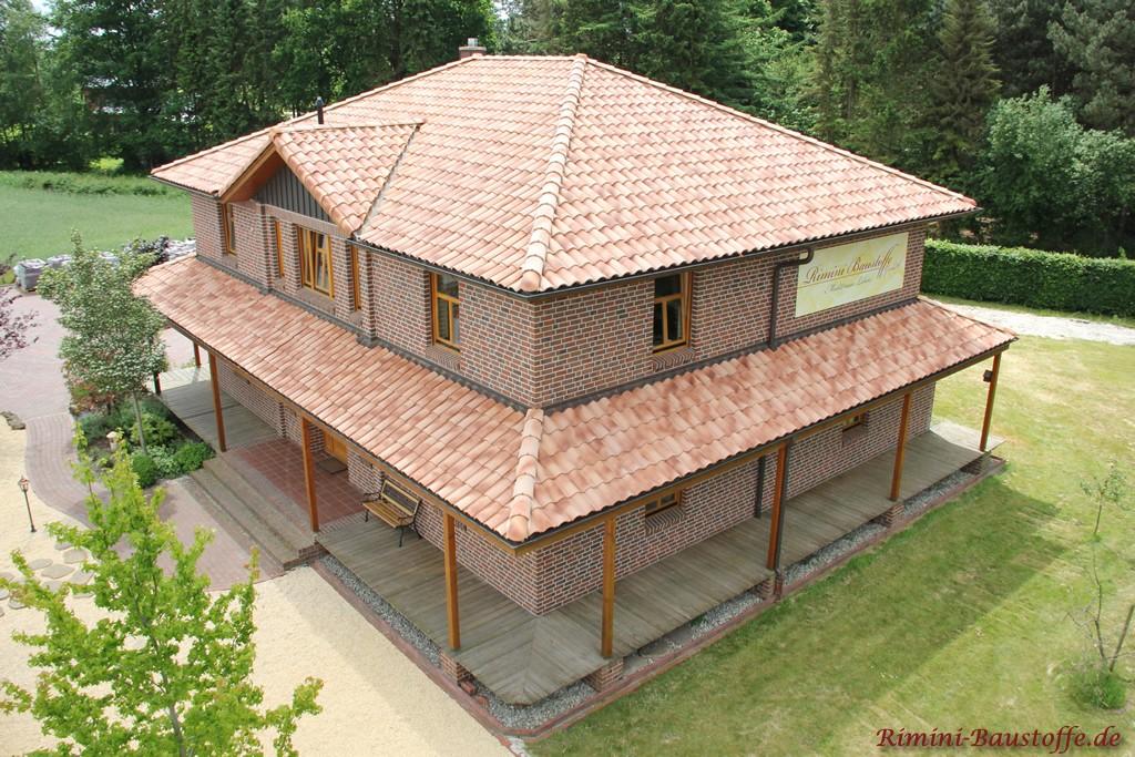 großes Bürogebäude mit Klinkerfassade und romanischen Dachziegeln