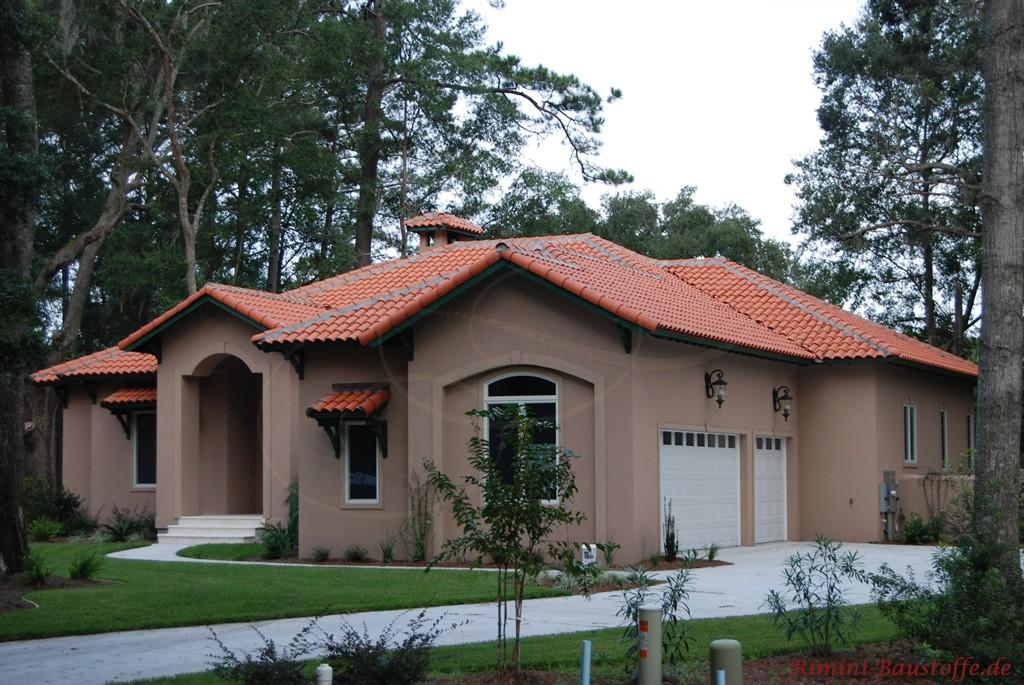 braune Putzfassade und kräftiges rotes Dach