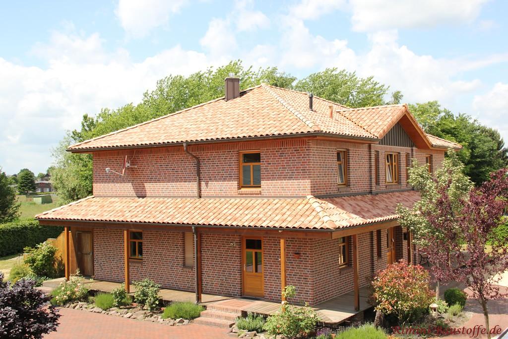 Bürogebäude der Rimini Baustoffe GmbH mit romanischem Dachziegel
