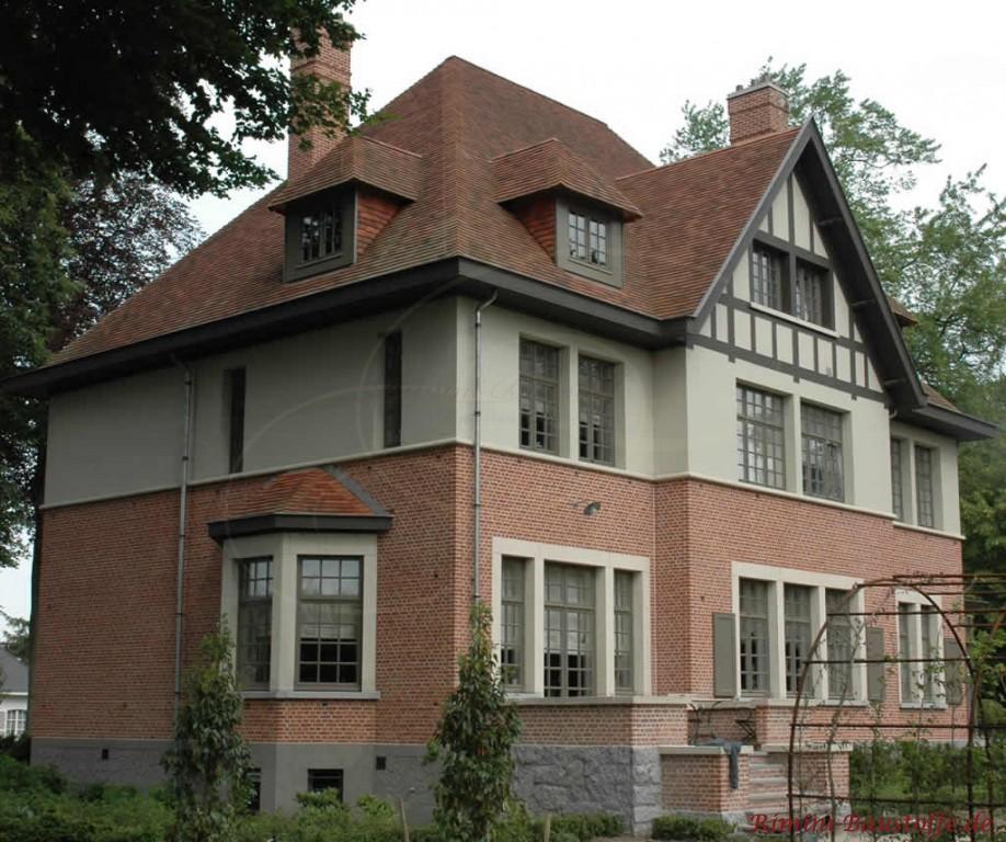 hohes Gebäude mit halbhoher Klinkerfassade und passender Dacheindeckung