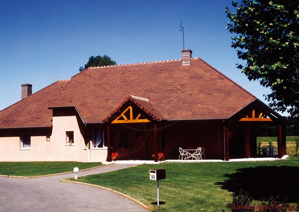 großes Bauernhaus mit sehr schönen dunkelroten, changierenden Schindeln