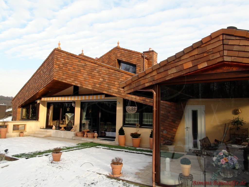 sehr ausgefallene Dachkonstruktion verkleidet mit bunten Schindeln