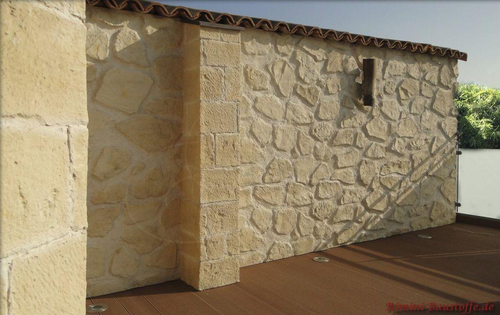 mediterrane Gartenmauer in Bruchsteinoptik mit antiker Halbschale
