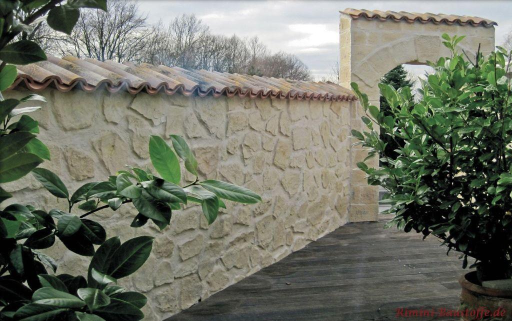 schöne mediterrane Gartenmauer in heller Bruchsteinoptik