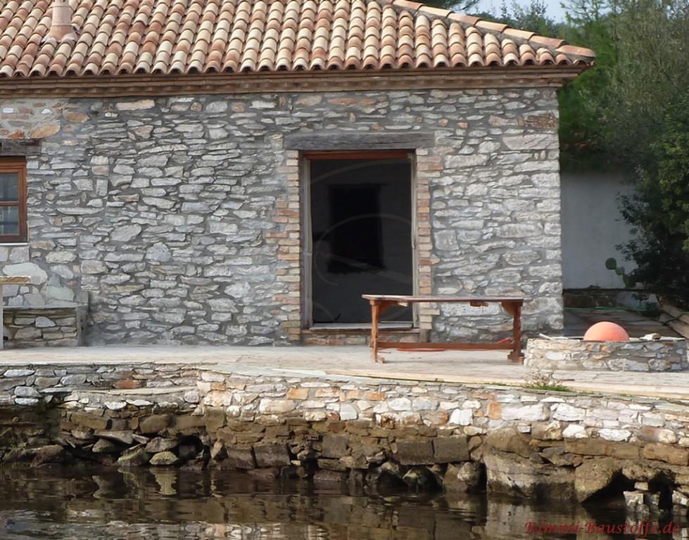 Haus in Natursteinoptik mit originalen Mönch und Nonne Halbschalen gedeckt