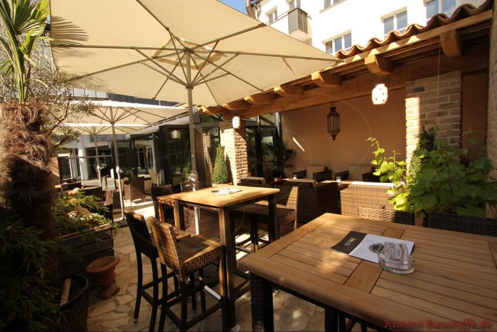 schönes Restaurant mit sehr schönem Innenhof im mediterranen Stil