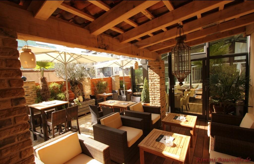 gemütliches Restaurant mit Sitzülätzen innen und aussen