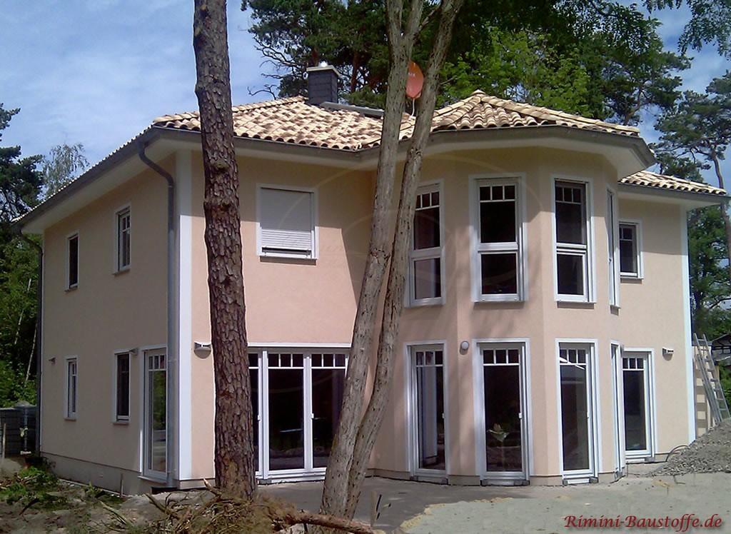 große Villa im südländischen Stil mit heller Putzfassade und einem Turm