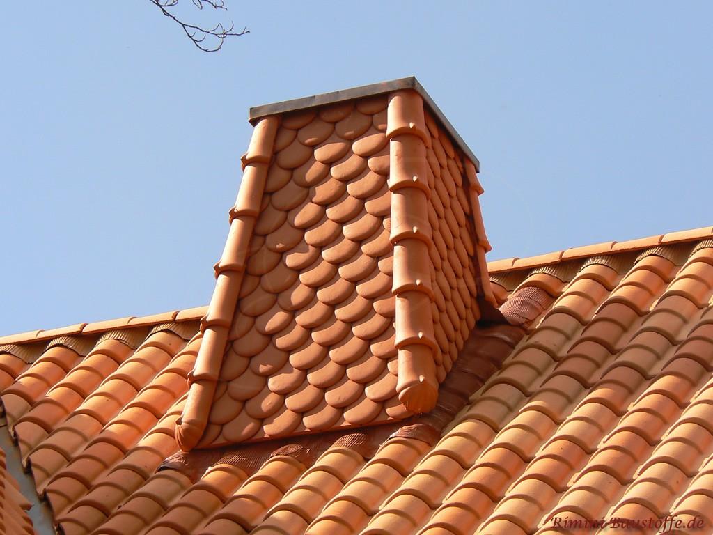 Schornstein in Schindeloptik zu einem romanischen Dachziegel