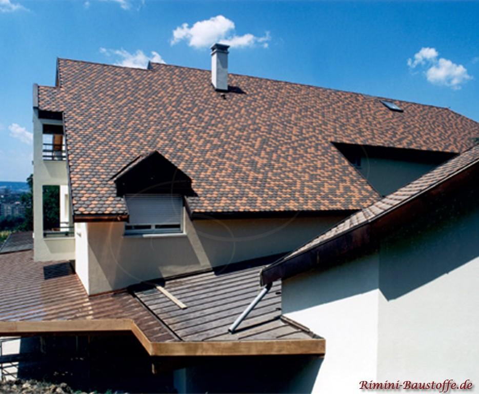 geflammte Biberschwanzziegel als schöner Kontrast zur weissen Fassade