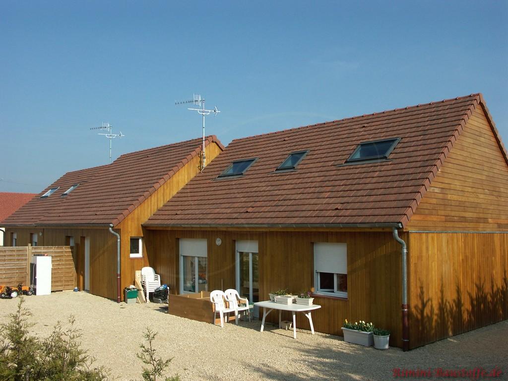 Wohnhaus mit Holzfassade und schönen passenden dunkelbraunen Glattziegeln