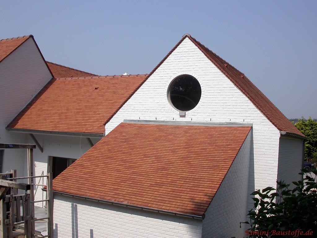 schöner Kontrast zur weissen Klinkerfassade und dem schönen kräftigen roten Dach