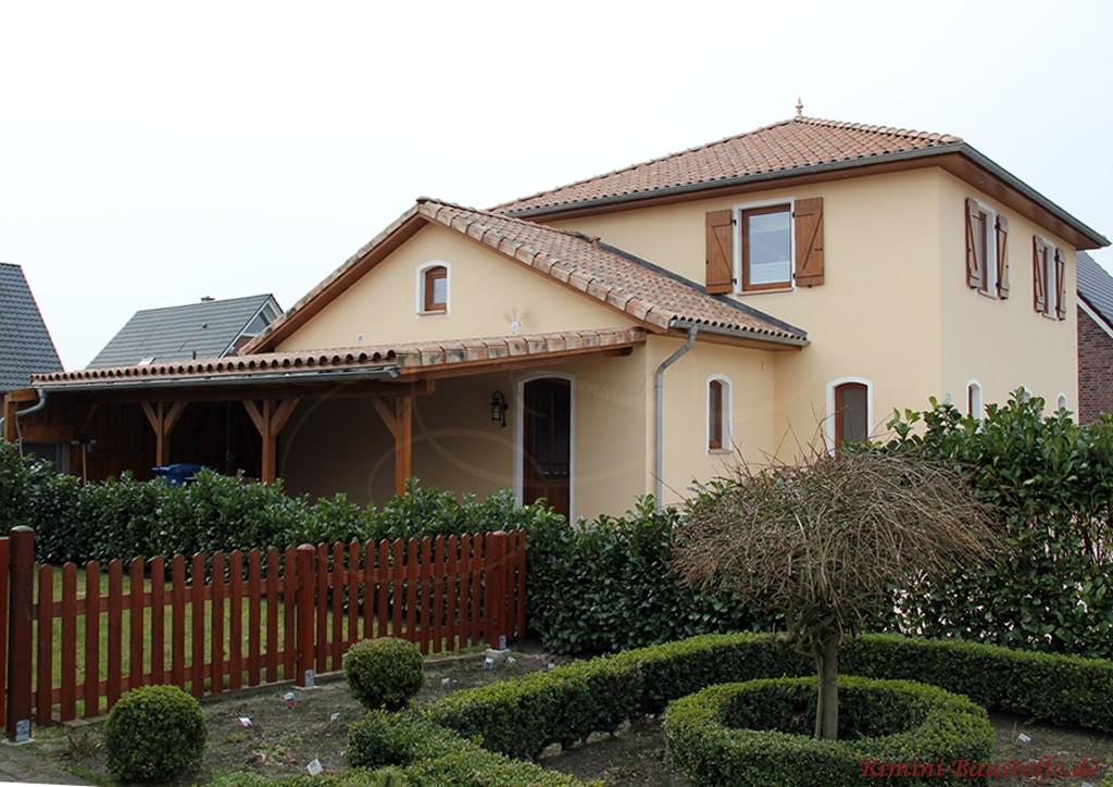 mediterranes Wohnhaus in Norddeutschland mit Fensterläden und dunklen Holzfenstern