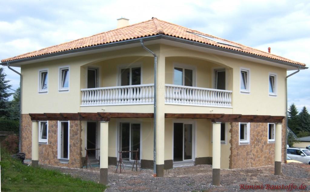 schöne große zweigeschossige Villa mit halbhoher Fassade in Natursteinoptik
