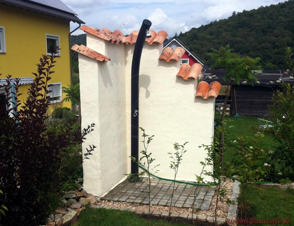Gartendusche im mediterranen Stil mit Mauer und Mönch Nonne Abdeckung
